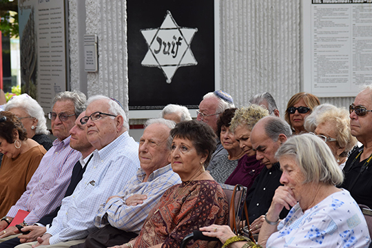 Survivors, Students Observe Holocaust Remembrance Day with Plaque Dedication